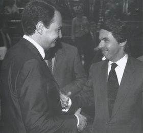 José María Aznar felicita a José Luis Rodriguez Zapatero tras el acto de su investidura como presidente del Gobierno en abril de 2004