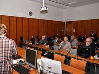 Le cours pour les seniors dans la bibliothèque municipale, photo: NoJin, CC BY-SA 4.0 International