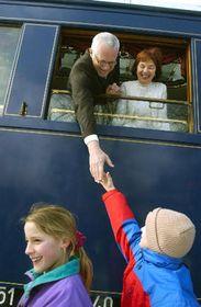 Вацлав Клаус с супругой в голубом историческом салонном вагоне (Фото: ЧТК)
