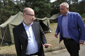 Премьер-министр Чехии Богуслав Соботка и министр внутренних дел Милан Хованец (Фото: ЧТК)