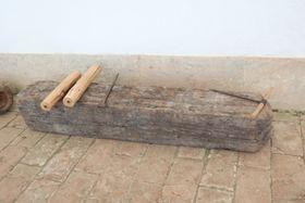 Im Flur werden Beispiele von Rohrleitungen aus Holz gezeigt (Foto: Martina Schneibergová)