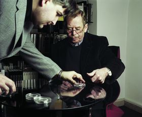 Václav Havel imprints his thumbprint for the commemorative medal, photo: archive of Otakar Dušek