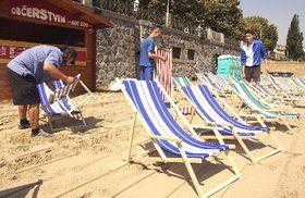 Uměle vytvořená pláž na břehu Vltavy (Foto: ČTK)