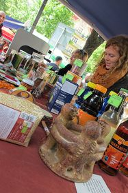 Stánek sférovými produkty na trzích na náměstí Jiřího zPoděbrad vPraze, foto: Kristýna Maková / Český rozhlas - Radio Praha