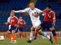 Jan Koller (uprostřed) přechází přes Karena Aleksaniana z Arménie (vpravo), foto: ČTK