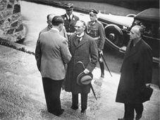 Adolf Hitler mit Neville Chamberlain auf dem Obersalzberg im Juli 1938 (Foto: Bundesarchiv, Bild 183-H12478 / Unknown / CC-BY-SA 3.0)