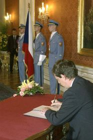 Stanislav Gross signing the letter of appointment, photo: CTK