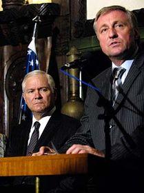 Robert Gates y Mirek Topolanek (Foto: CTK)