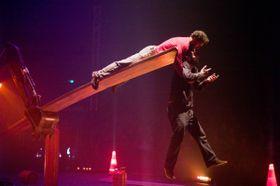 Cirque Inextremiste, 'Extension', photo: Jean Pierre Estournet / Letní Letná