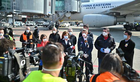 Le premier avion à avoir atterri le 20 mars dernier avec des équipement de protection chinois, a été effectivement accueilli par une délégation ministérielle, avec à sa tête Andrej Babiš, photo: Site officiel du Gouvernement tchèque