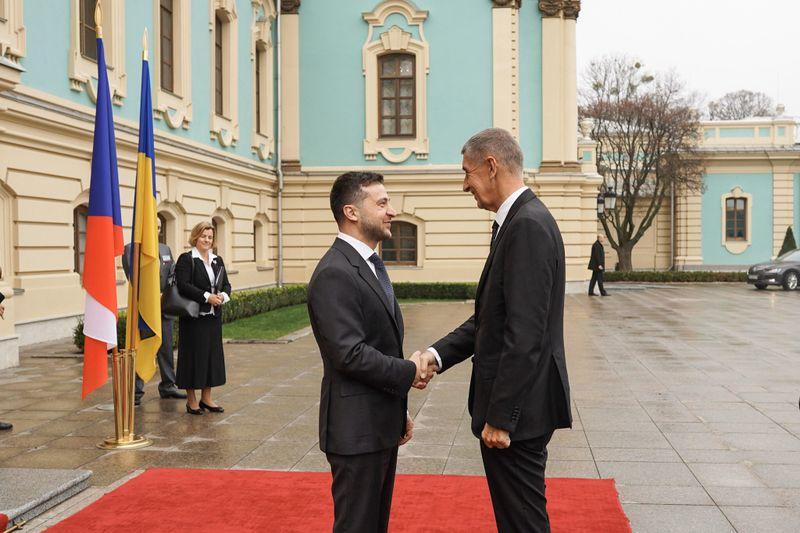 Президент Украины Владимир Зеленский и премьер-министр Чехии Андрей Бабиш перед Мариинским дворцом в Киеве, фото: Twitter Andreje Babiše