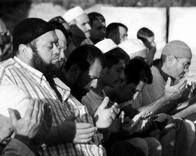 Коллективная молитва за судьбы крымских татар, содержащихся в СИЗО, Фото: Антон Наумлюк