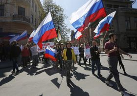 Demonstrators carry Russian flags in support of pro-Russian protesters in Simferopol, Crimea, April 10, 2014, photo: CTK