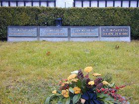 Alice Masaryková je pochována vrodinné hrobce vLánech (na snímku vpravo), foto: archiv Českého rozhlasu - Radia Praha