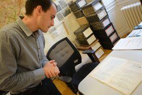 Якуб Долежал листает метрические книги награжденных Чехословацким орденом Белого льва, фото: Эва Туречкова