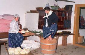 Nakrouhané zelí je třeba našlapat do škopku, foto: archiv Valašského muzea vpřírodě