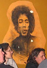 Jimi Hendrix sigue el acontecer desde la pared