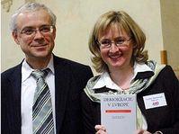 Vladimir Spidla y Monika Pajerova con el libro 'Democracia en Europa' (Foto: CTK)