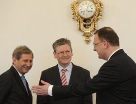 Petr Nečas přijal 22. března vPraze eurokomisaře László Andora aJohannese Hahna (vlevo), foto: ČTK