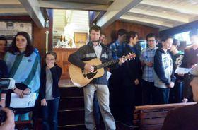 František Tichý (hraje na kytaru) se svými studenty, foto: Zdeňka Kuchyňová