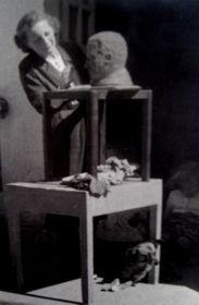 Trude Sojka esculpiendo, foto: archivo de Trude Sojka