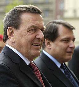 Jirí Paroubek (a la derecha) con el canciller alemán, Gerhard Schröder (Foto: CTK)