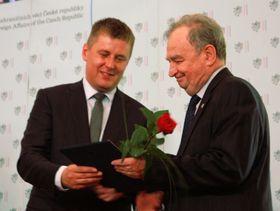 Tomáš Petříček předává cenu Janu Voříškovi, foto: Barbora Němcová