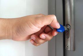 Haustür abschließen - zamknout dveře (Foto: Ann San, Pixabay / CC0)