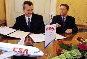 Presidente de CSA, Jaroslav Tvrdik (a la izquierda) y el vicepresidente de Airbus SAS, Christopher Buckley (Foto: CTK)