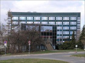Budova Ústavu makromolekulární chemie, foto: Matěj Baťha, Wikimedia CC BY-SA 2.5