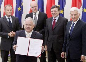 Lech Kaczynski con Donald Tusk, Premier polaco, Fredrik Reinfeldt, Premier sueco, José Manuel Barroso, Presidente de la Comisión Europea, y Jerzy Buzek, Presidente de Parlamento Europeo, foto: ČTK