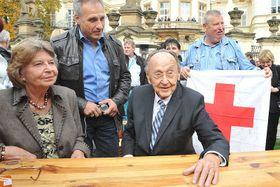Tilo Beutmann mit Hans-Dietrich Genscher und seiner Ehefrau Barbara (Foto: Filip Jandourek, Archiv des Tschechischen Rundfunks)