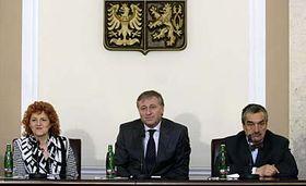 Vlasta Parkanová, Mirek Topolánek aKarel Schwarzenberg na mimořádné tiskové konferenci, foto: ČTK