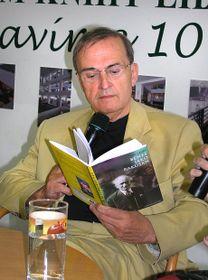 Jiří Gruša mit seinem Buch über Edvard Beneš (Foto: Packa, Creative Commmons 3.0)