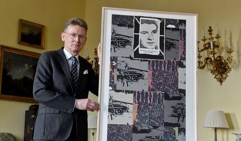 Nick Archer shows the work of Joe Tilson 'Jan Palach: Suicide by Fire', photo: ČTK/Vít Šimánek