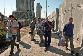 Чешские журналисты покидают гостиницу Палестина в Багдаде (Фото: ЧТК)