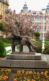 Памятник «Гете на скамье» был открыт в Марианских Лазнях в 1932 г., уничтожен во время Второй мировой войны. Автор современного монумента – местный скульптор Витезслав Ейбл, Фото: Катерина Айзпурвит