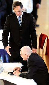 Jan Švejnar (vzadu) se loučí sVáclavem Klausem po třetím kole první volby prezidenta, foto: ČTK