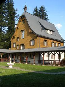 Dreiröhrenschloss im Brdy-Gebirge (Foto: Mojmír Churavý, Wikimedia Commons, CC BY-SA 4.0)