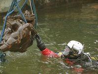 Torzo sochy, která se při povodni před 220 lety zřítila do Vltavy, vyzdvihli 30. ledna potápěči za pomoci jeřábu ze dna řeky pod Karlovým mostem v Praze, foto: ČTK