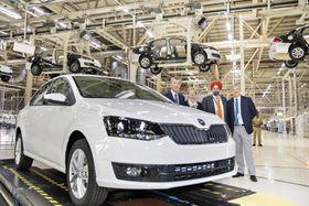 Andrej Babiš (ganz links) besuchte Škoda-Werk in Pune (Foto: ČTK / Martin Štěrba)