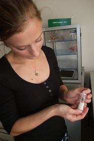 Sylva Kaupová skostním extraktem připraveným ke zkoumání, foto: Martina Bílá