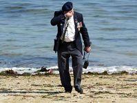 Le vétéran ému sur la plage de Normandie, photo: CTK