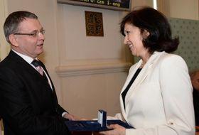 Eliška Krausová recibe el premio Gratias agit de Lubomír Zaorálek, foto: Robert Janás, ©MZV