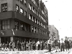 Building of barricade in front of Czech Radio building, photo: archive of Czech Radio