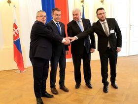 Vladimír Kremlík (2. von links) und Árpád Érsek (3. von links). Foto: Archiv des tschechischen Verkehrsministeriums