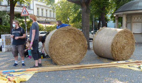 Balíky slámy nemohou na česko-německém festivalu chybět, foto: Klára Stejskalová