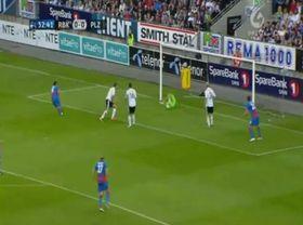 El gol de Václav Pilař (a la izquierda)
