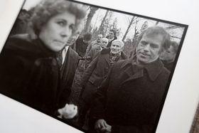 Дочь поэта Яна и диссидент Вацлав Гавел, январь 1986 г. Похороны Ярослава Сейферта (фотограф Ярослав Крейчи), Volvox Globator 1995
