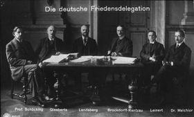 Die deutsche Friedensdelegation vor der Abreise nach Versailles, 1919 (Foto: Bundesarchiv, Bild 146-1971-037-34 / Scherl, August / CC-BY-SA 3.0)